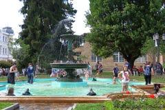 Jeu d'enfants dans la fontaine de grenouille dans Kislovodsk, Russie Photos libres de droits