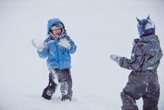 Jeu d'enfants dans la neige Photo stock