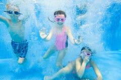 Jeu d'enfants dans la piscine Photos stock