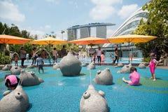 Jeu d'enfants dans le terrain de jeux à Singapour Images libres de droits