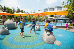 Jeu d'enfants dans le terrain de jeux à Singapour Images stock