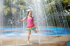 Jeu d'enfants en parc d'aqua Enfants au terrain de jeu de l'eau du parc d'attractions tropical Petite fille à la piscine  images stock