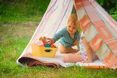 Jeu d'enfants enduit en nature dans une maison improvisée photos stock