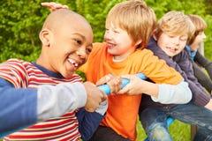 Jeu d'enfants heureux sur un cadre de s'élever photographie stock libre de droits