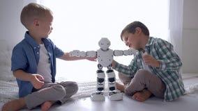 Jeu d'enfants moderne avec le robot sur le plancher à la maison, technologie d'intelligence artificielle