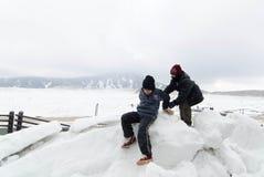 Jeu d'enfants sur la neige Photo stock