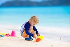 Jeu d'enfants sur la plage tropicale Jouet de sable et d'eau Photos stock