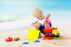 Jeu d'enfants sur la plage tropicale Jouet de sable et d'eau Image libre de droits