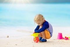 Jeu d'enfants sur la plage tropicale Jouet de sable et d'eau Photographie stock