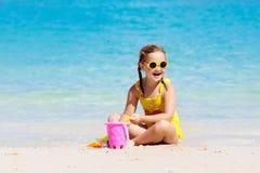 Jeu d'enfants sur la plage tropicale Jouet de sable et d'eau Photo stock