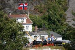 Jeu d'enfants sur le canon en été, Norvège Image stock