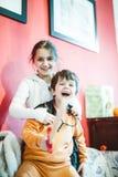 Jeu d'enfants sur le sofa avec l'épée en bois Photo libre de droits