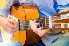 Jeu d'une guitare acoustique photographie stock libre de droits