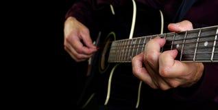 Jeu d'une guitare acoustique closeup Mains de guitariste et haut étroit de guitare Photos stock
