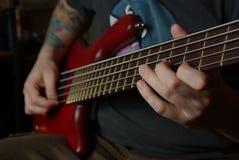 Jeu d'une guitare basse rouge Photos libres de droits