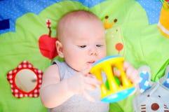 Jeu de bébé avec le jouet Photographie stock