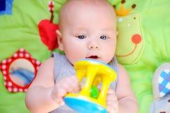Jeu de bébé avec le jouet lumineux Image libre de droits