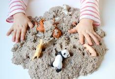 Jeu de bébé avec le sable cinétique Image libre de droits