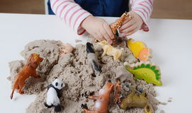 Jeu de bébé avec le sable cinétique Image stock