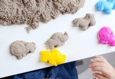 Jeu de bébé avec le sable cinétique Photo stock