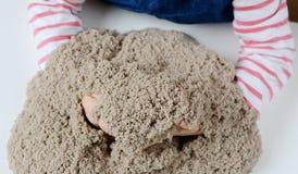 Jeu de bébé avec le sable cinétique Photos libres de droits