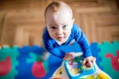 Jeu de bébé dans sa chambre image libre de droits