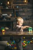 Jeu de bébé garçon avec la voiture de jouet dans le jardin d'enfants, créativité Développement de la créativité dans l'âge jeune images stock
