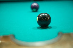 Jeu de billard sur la table de billard Photo stock