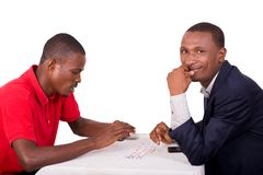 Jeu de carte entre deux hommes à la table images stock