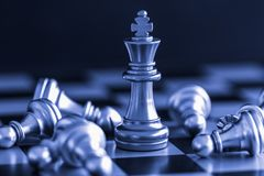 Jeu de défi d'intelligence de bataille d'échecs de stratégie sur l'échiquier Image libre de droits