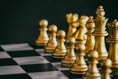 Jeu de défi d'intelligence de bataille d'échecs de stratégie sur l'échiquier Photo libre de droits