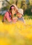 Jeu de deux filles avec des bulles de savon au printemps photos stock