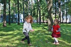 Jeu de deux petites filles avec des bulles de savon Photographie stock