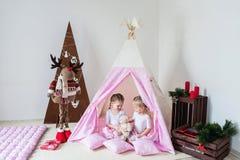 Jeu De Deux Petites Filles Dans Un Tipi Photos Stock