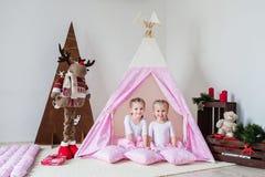 Jeu De Deux Petites Filles Dans Un Tipi Images Stock