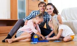 Jeu de famille au jeu de loto Images stock
