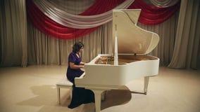 Jeu de femme un piano banque de vidéos