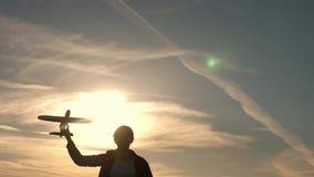 Jeu de fille avec un avion de jouet au coucher du soleil R?ves du vol concept d'enfance heureux Enfants sur le fond du soleil ave banque de vidéos