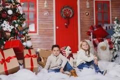 Jeu de fille et de garçon sur le porche Image stock