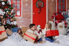 Jeu de fille et de garçon sur le porche Image libre de droits