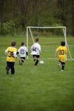 Jeu de football de la jeunesse photographie stock