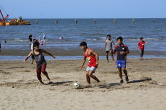 Jeu de football de plage Images libres de droits