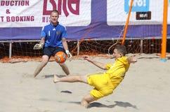 Jeu de football de plage entre l'Ukraine et la Russie Photo stock