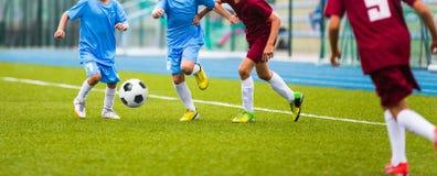 Jeu de football du football pour des enfants Ligue de football d'école Image stock