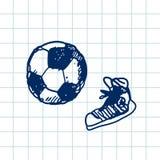 Jeu de football tiré par la main du football de griffonnage, chaussures en caoutchouc Contour bleu de stylo, fond de carnet Sport Photo stock