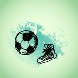 Jeu de football tiré par la main du football de griffonnage, chaussures en caoutchouc Contour noir de stylo, fond vert de grunge  Photographie stock