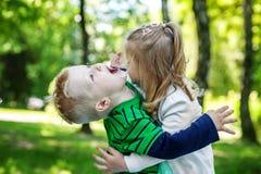Jeu de frère et de soeur en parc Enfants préscolaires voix pour 2 ou 3 Image libre de droits