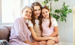 Jeu de générations grand-mère, de mère et d'enfant de la famille trois et rire de la maison images libres de droits