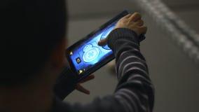 Jeu de garçon avec la tablette Garçon jouant avec l'ordinateur de tablette banque de vidéos