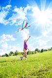 Jeu de garçon avec le cerf-volant Photo libre de droits